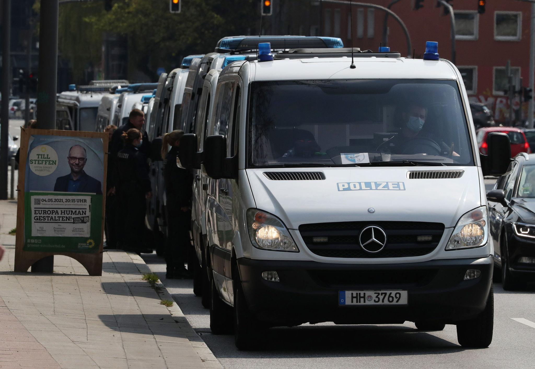 Furgones de la policía alemana, en Hamburgo.