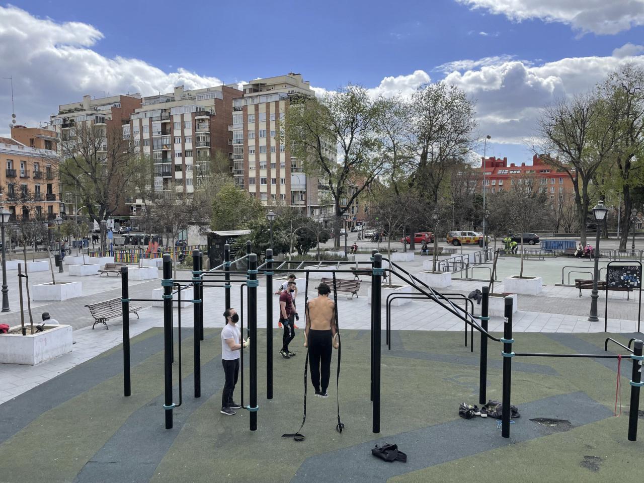 Gimnasia urbana en la plaza del Campillo Nuevo. Firma: EM