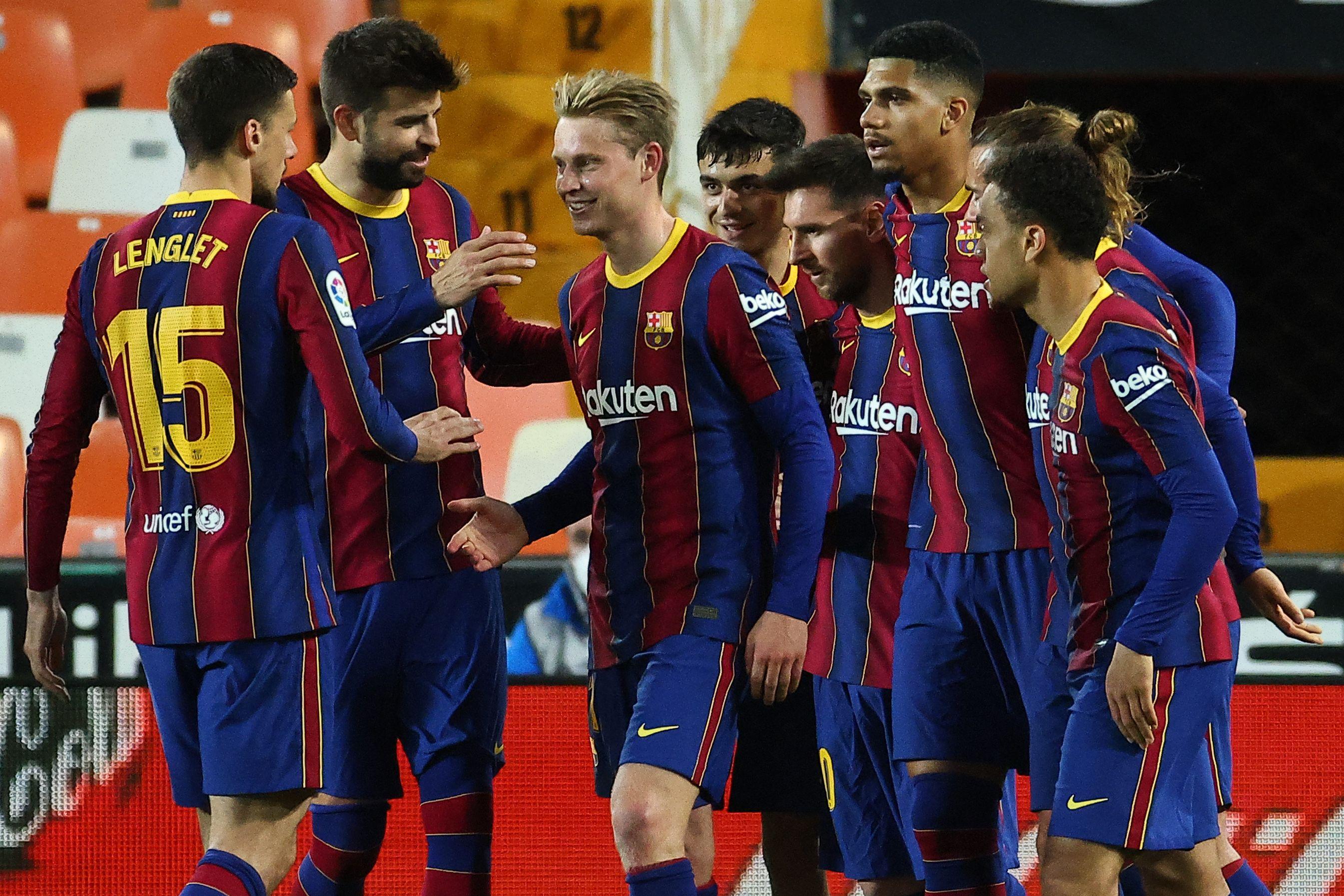 Los futbolistas del Barça celebran un gol al Valencia.