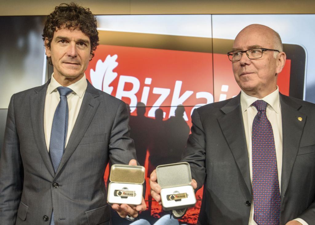 El diputado general de Bizkaia Unai Rementeria y su diputado de Hacienda José María Iruarrizaga posan ante los medios en la presentación de los presupuestos de 2021.