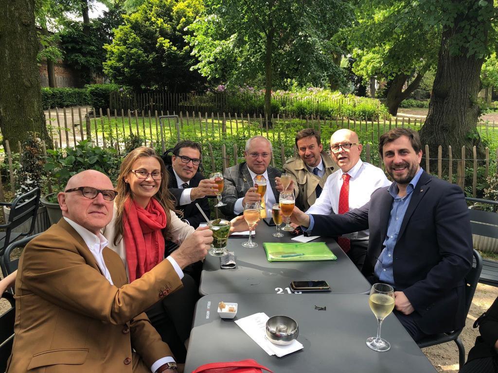 El ex conseller Lluís Puig (de frente), con los huidos Tonio Comin y Meritxell Serret y sus abogados, en Bélgica.