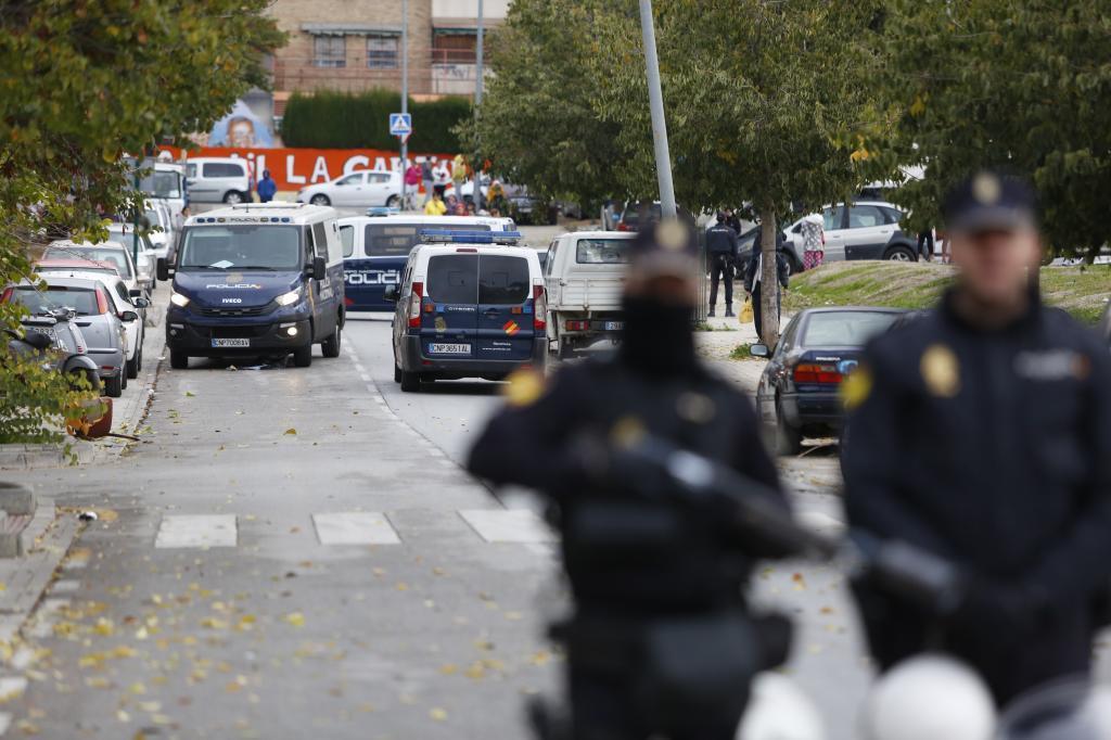 Agentes de la Policía Nacional realizan un control dentro de un operativo contra el comercio de droga.