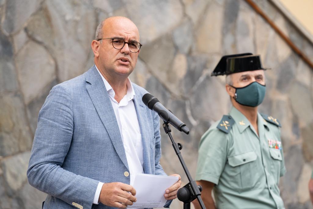 El delegado del Gobierno en Canarias, Anselmo Pestana, informa de la investigación para dar con el paradero de las niñas.