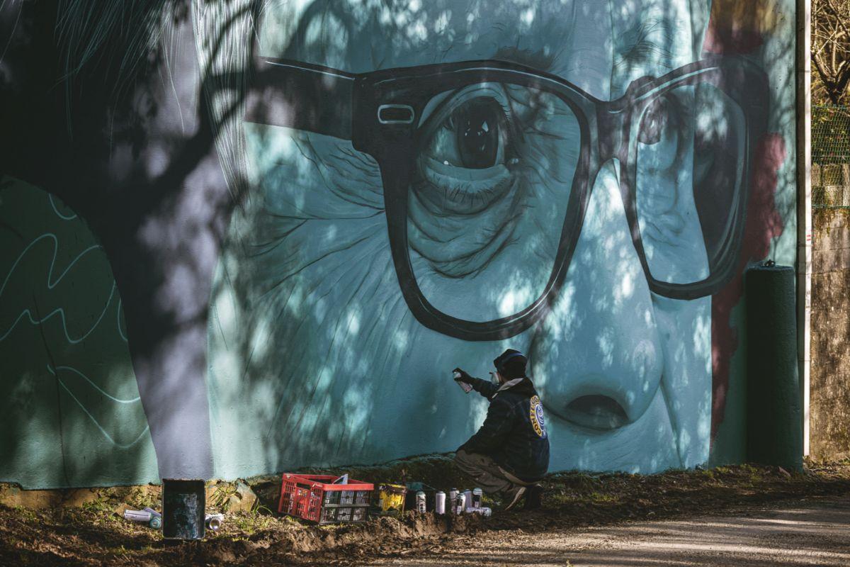 Mon Devane en el proceso de creación del mural de Maruja Varela, en O Pino.