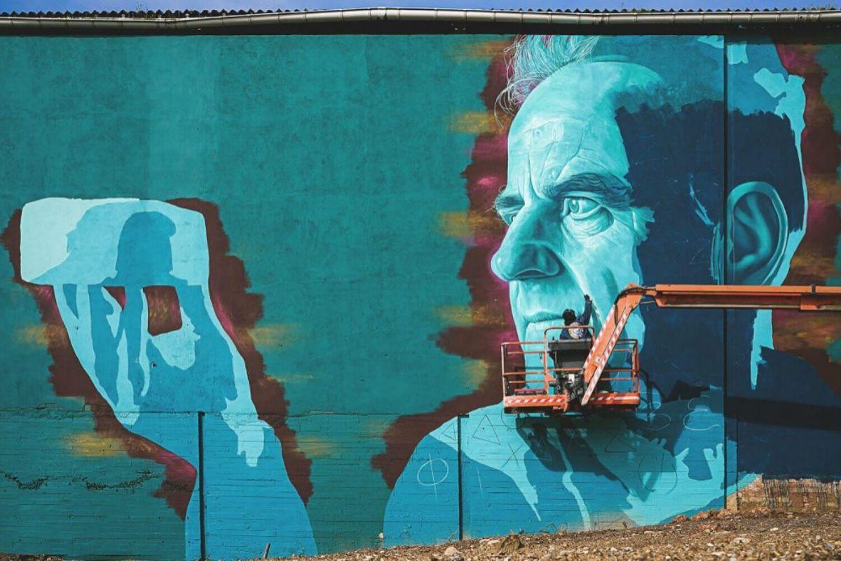 El artista orensano durante el proceso de creación del mural de Xosé Luís Carreira, en Portomarín.