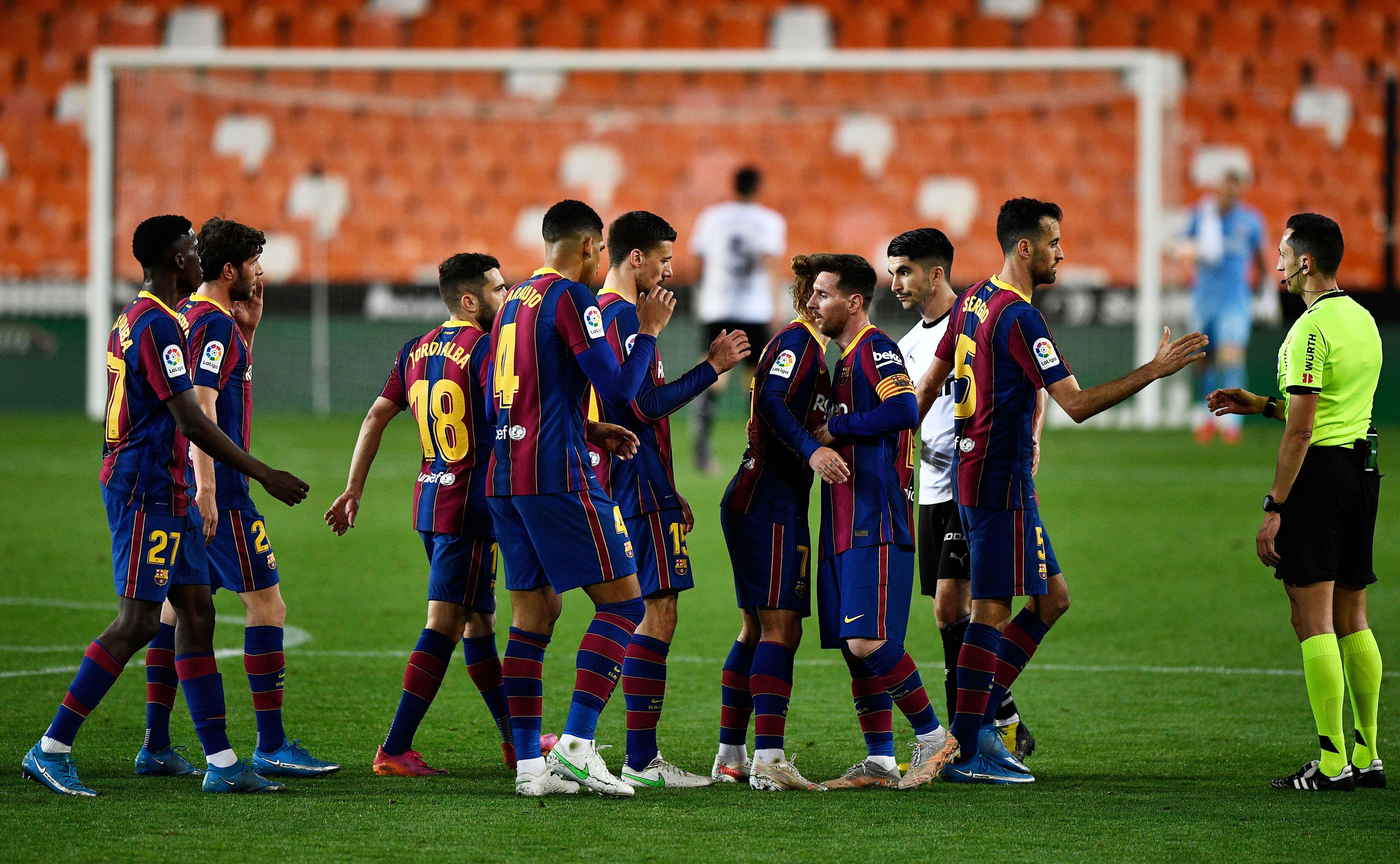 Los jugadores del Barça tras el partido en Valencia.