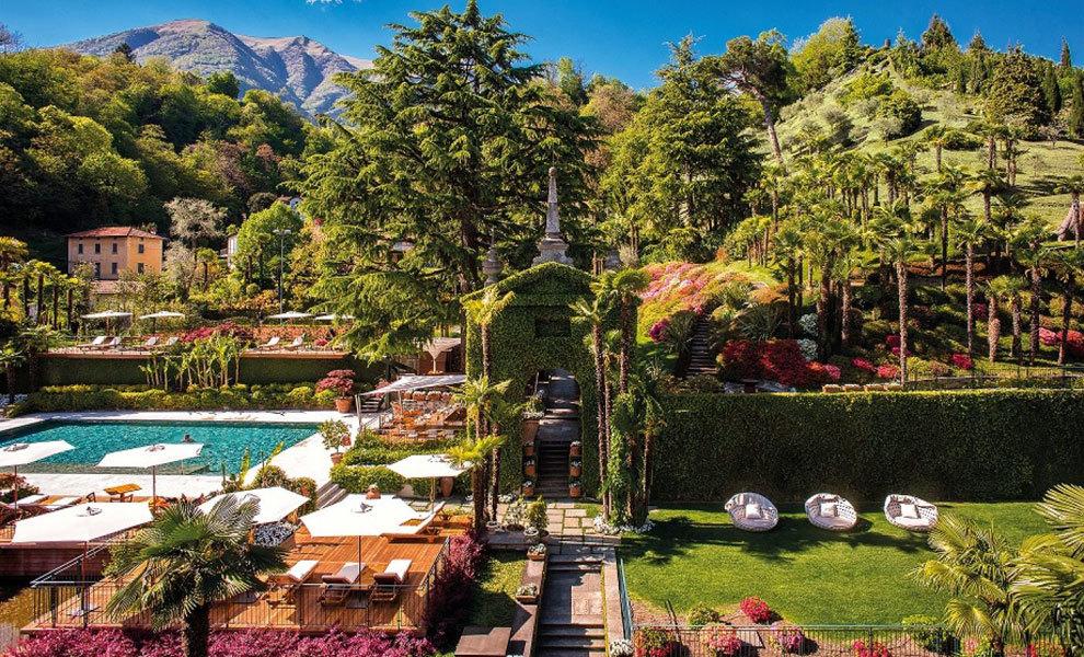 La piscina mira a las cordilleras alpinas.