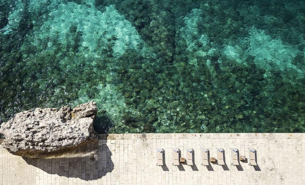 La piscina del Excelsior se confunde con el mar.