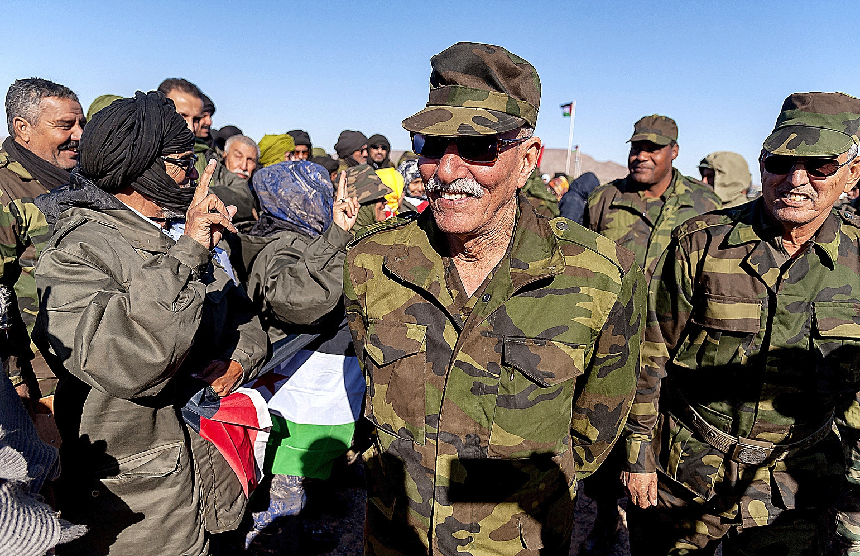 Brahim Ghali (centro), durante unas maniobras militares.