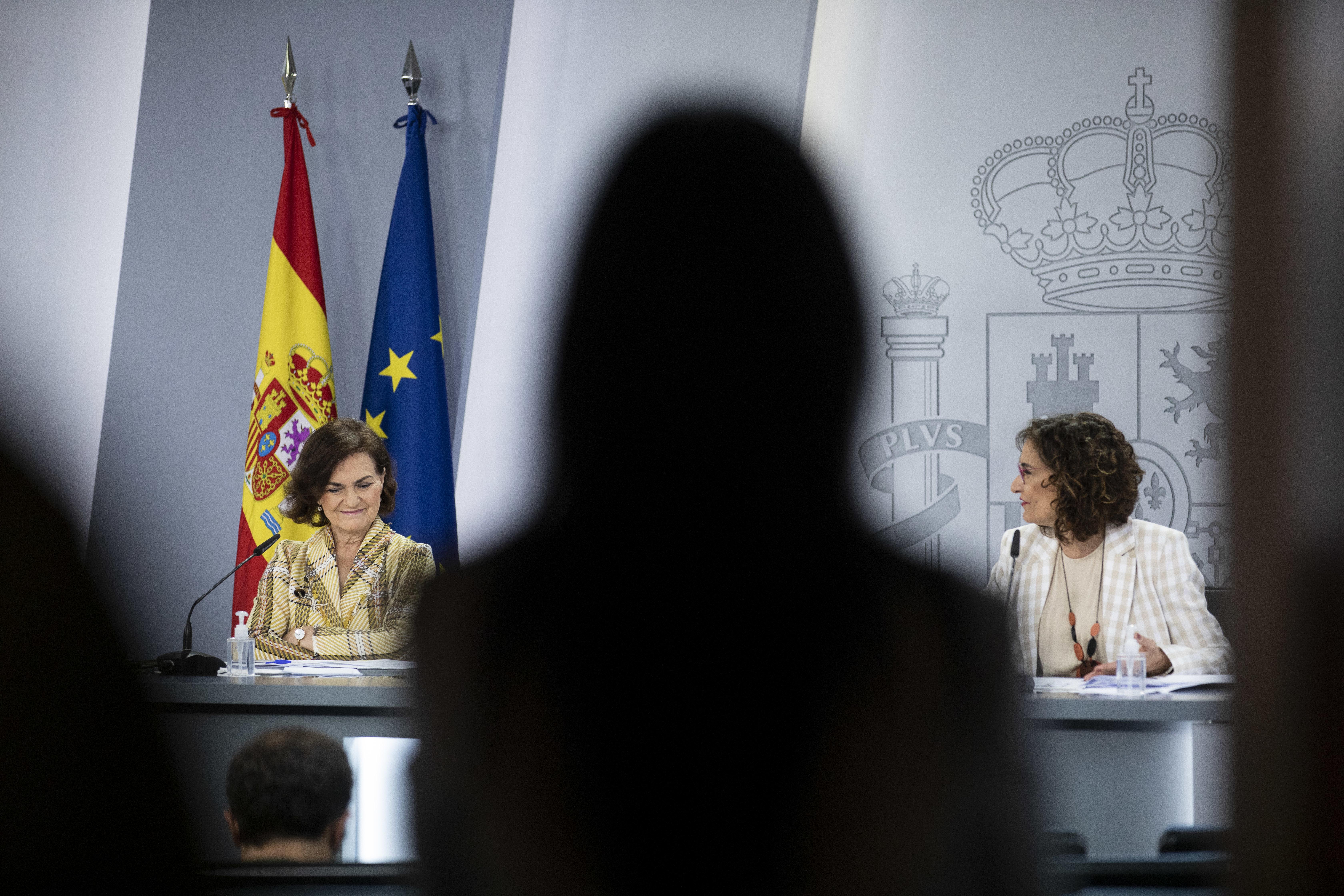 La vicepresidenta Carmen Calvo y la ministra de Hacienda, María Jesús Montero, este martes en Moncloa