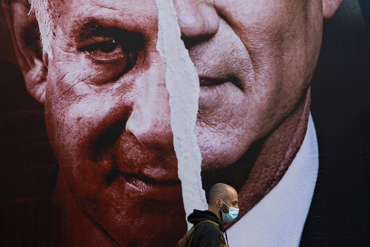 Cartel con los rostros de Netanyahu y Gantz.