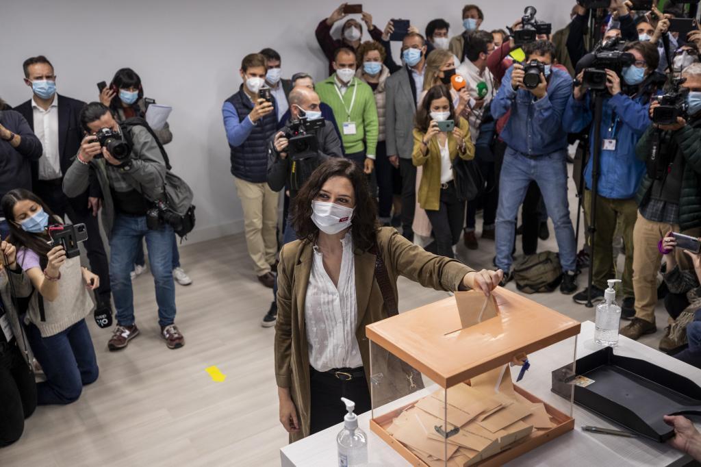 Isabel Díaz Ayuso, en el momento de depositar su voto este 4-M