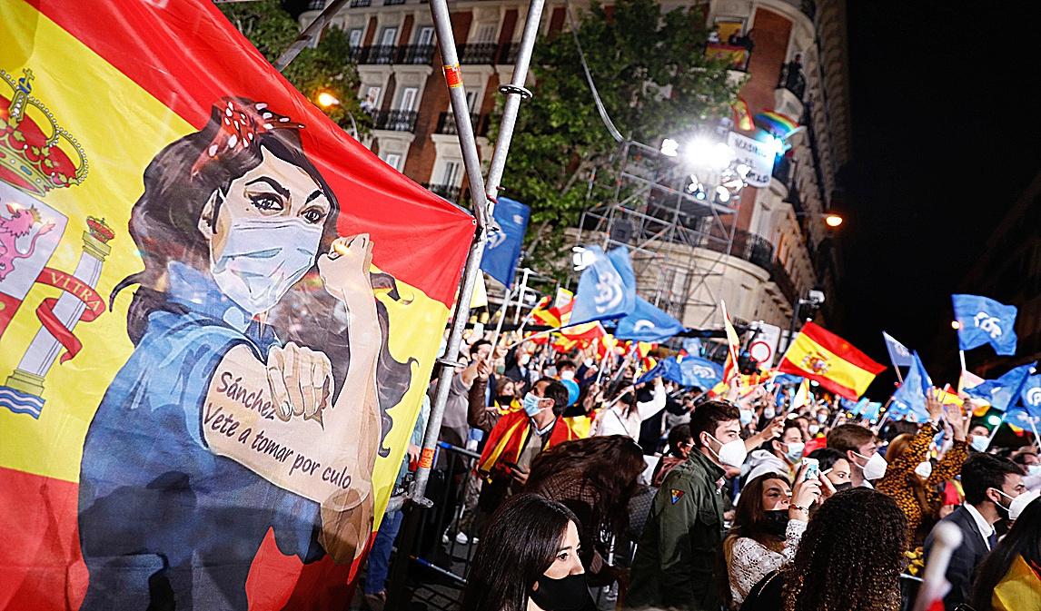 Simpatizantes de Ayuso celebran su victoria en Génova.
