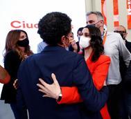 Inés Arrimadas saluda a Edmundo Bal tras los resultados del 4-M.