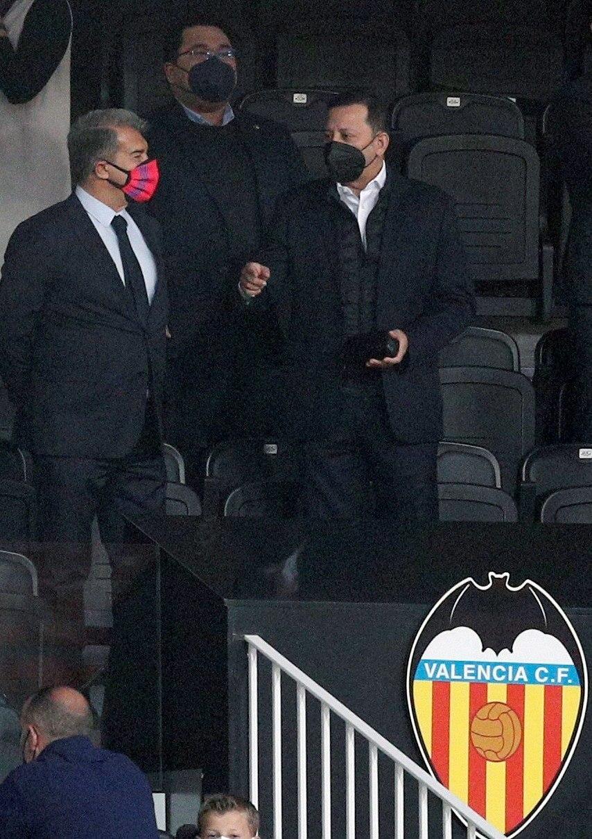 Anil Murthy, junto a Joan Laporta el pasado domingo en el palco de Mestalla.