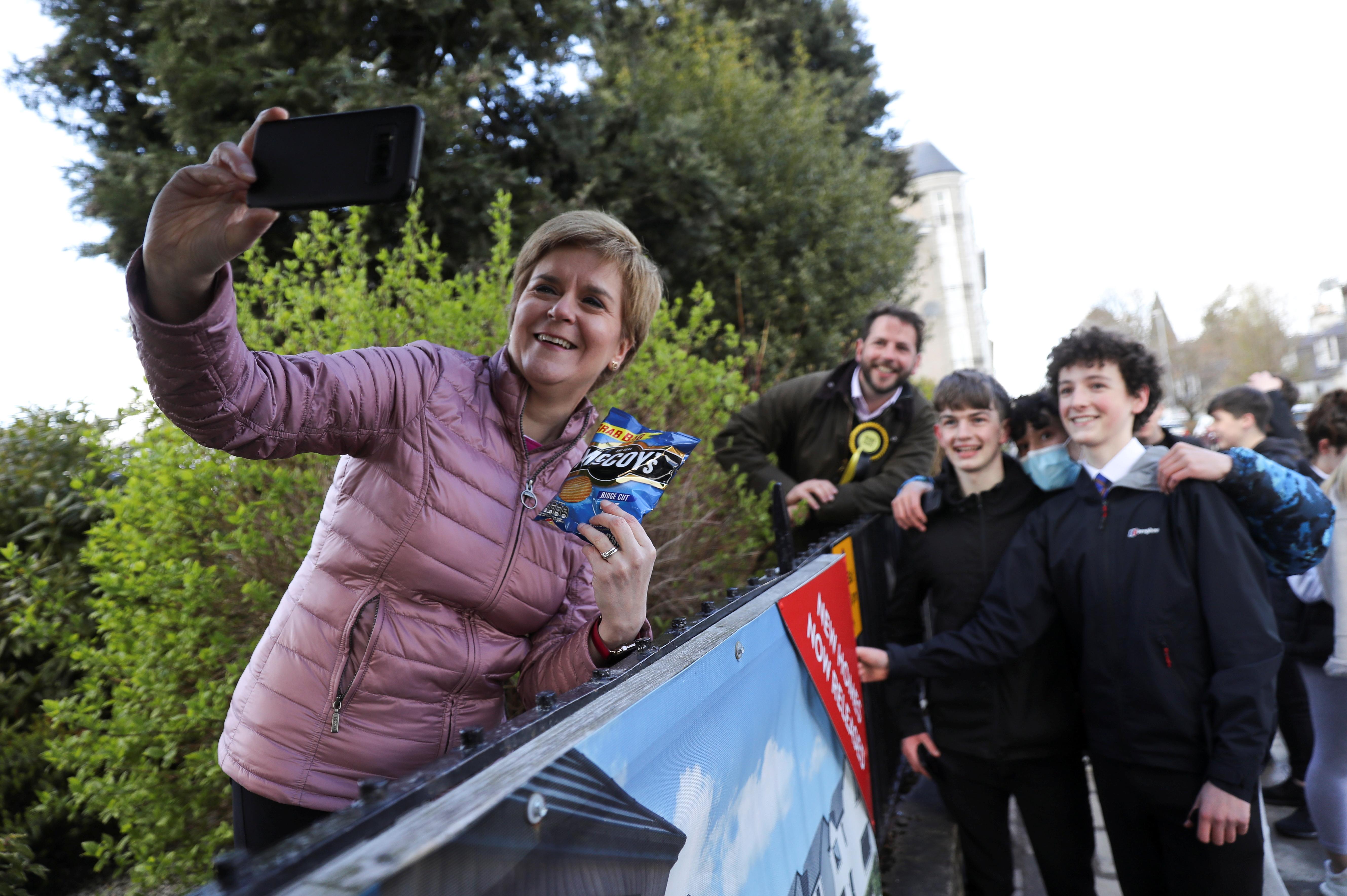 Nicola Sturgeon se hace un 'selfie' con sus seguidores.