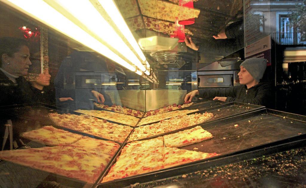 Un puesto de venta de pizzas en la calle Fuencarral de Madrid