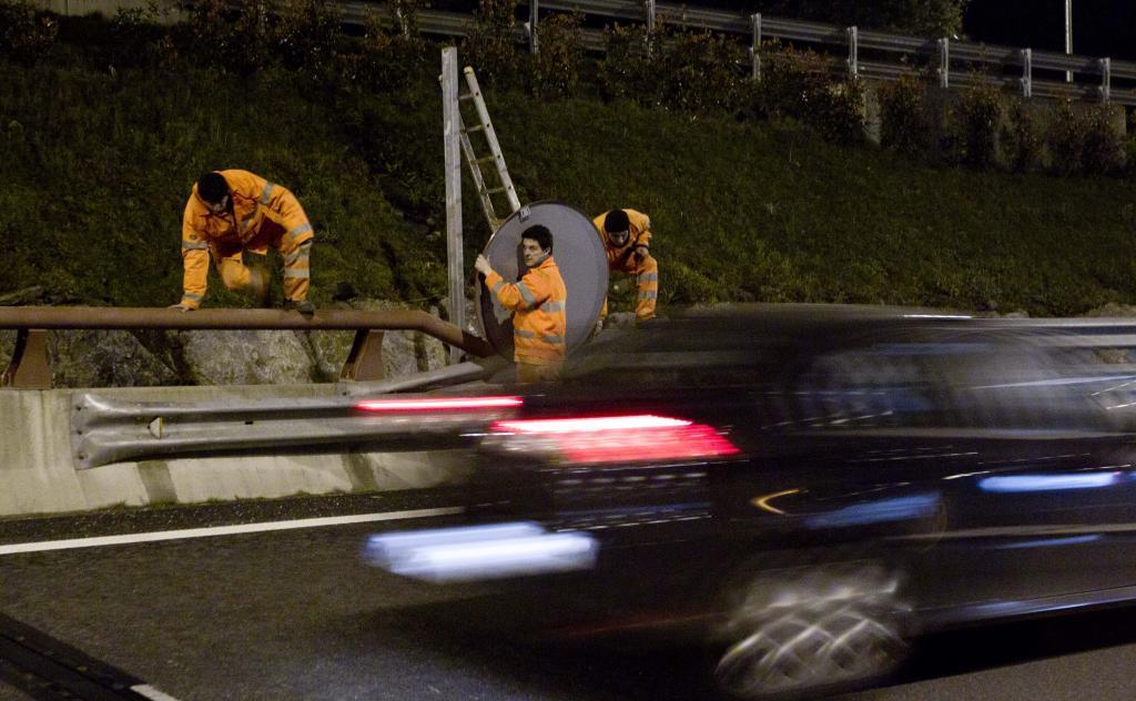 Operarios realizan labores de conservación en una autopista de Bilbao