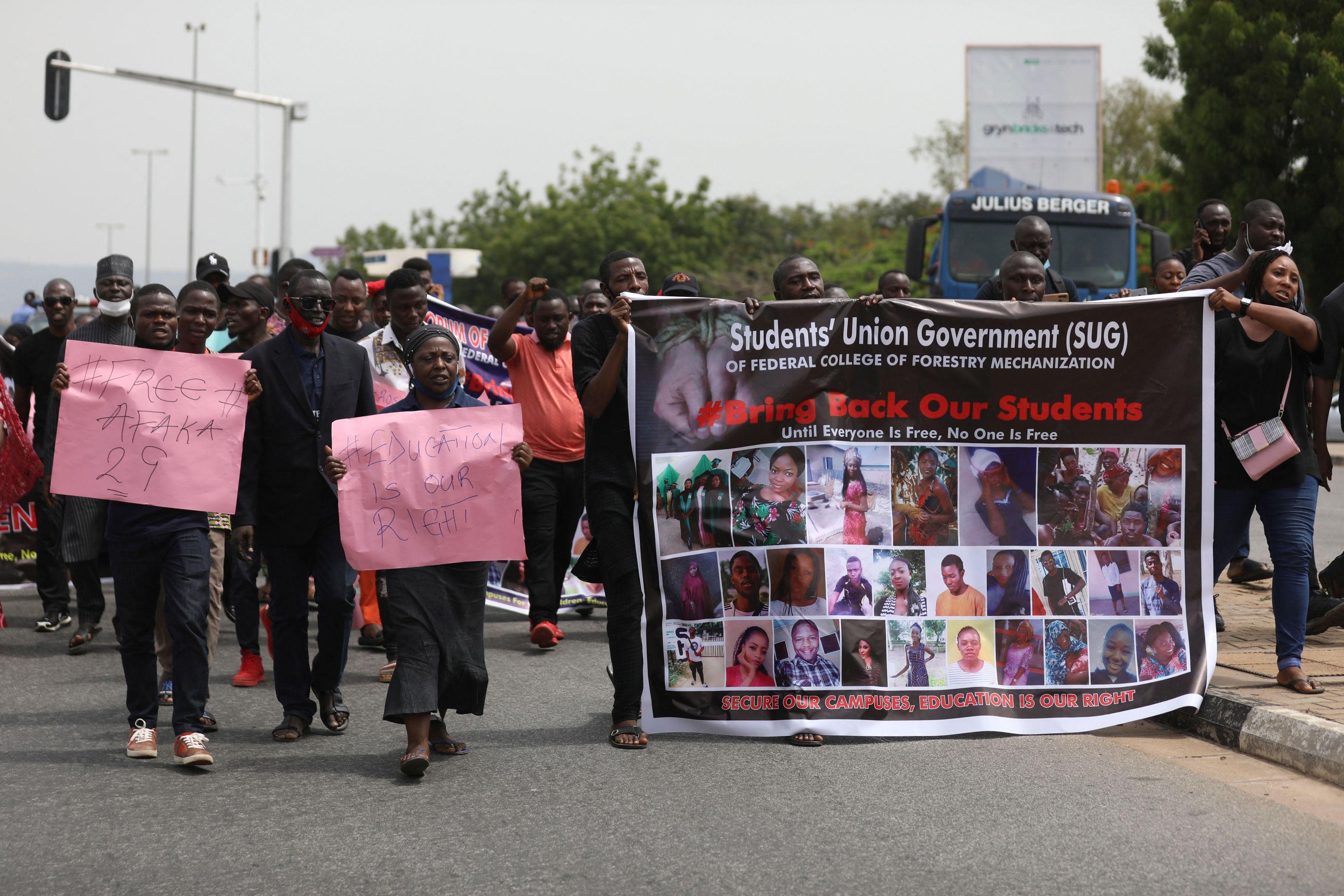 Familiares de los estudiantes secuestrados en Kaduna, el martes.