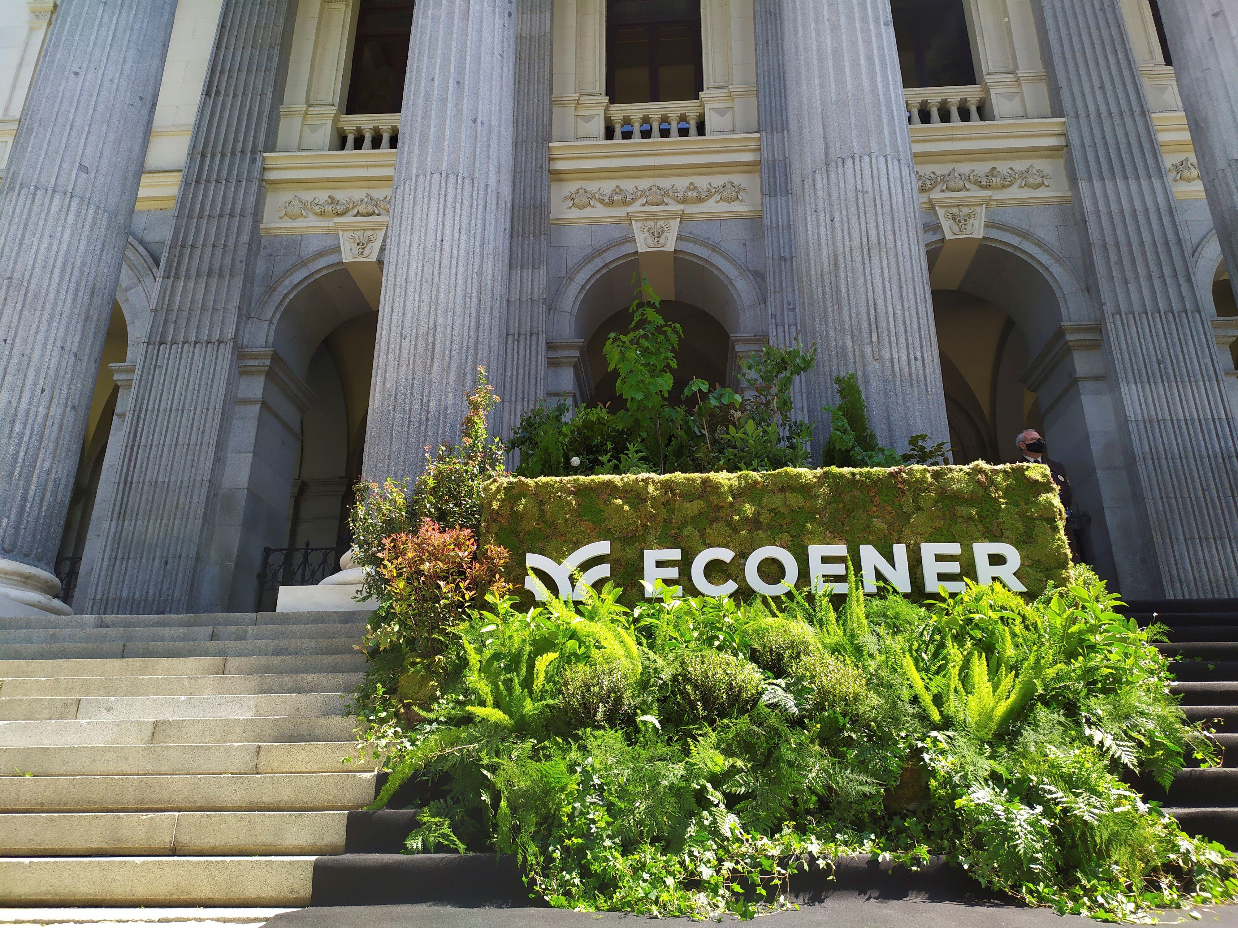 El logotipo de Ecoener decora la fachada del Palacio de la Bolsa en Madrid en su debut.