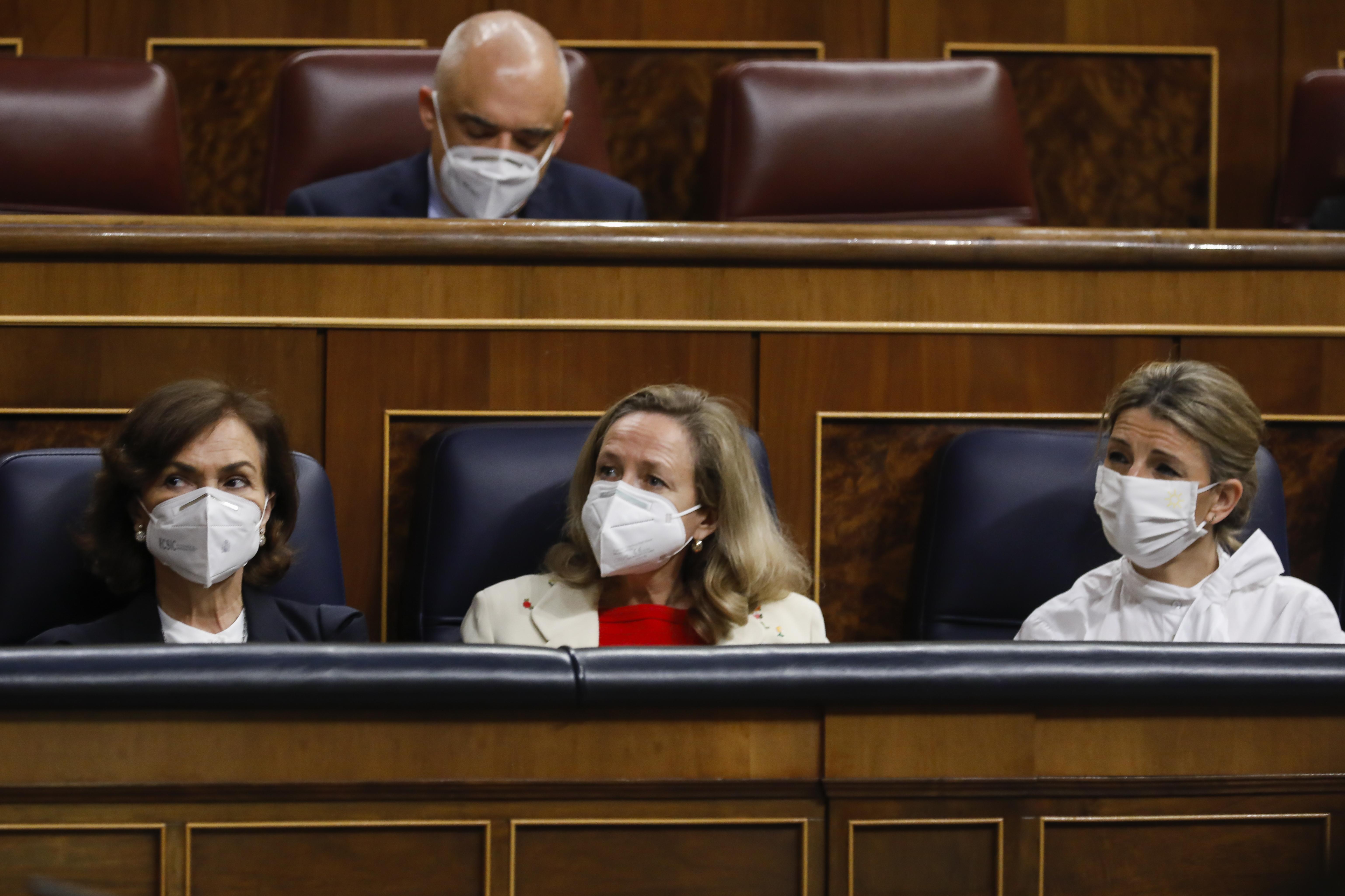 a vicepresidenta Carmen Calvo, la ministra de Economía, Nadia  Calviño, y la ministra de Trabajo, Yolanda Díaz.