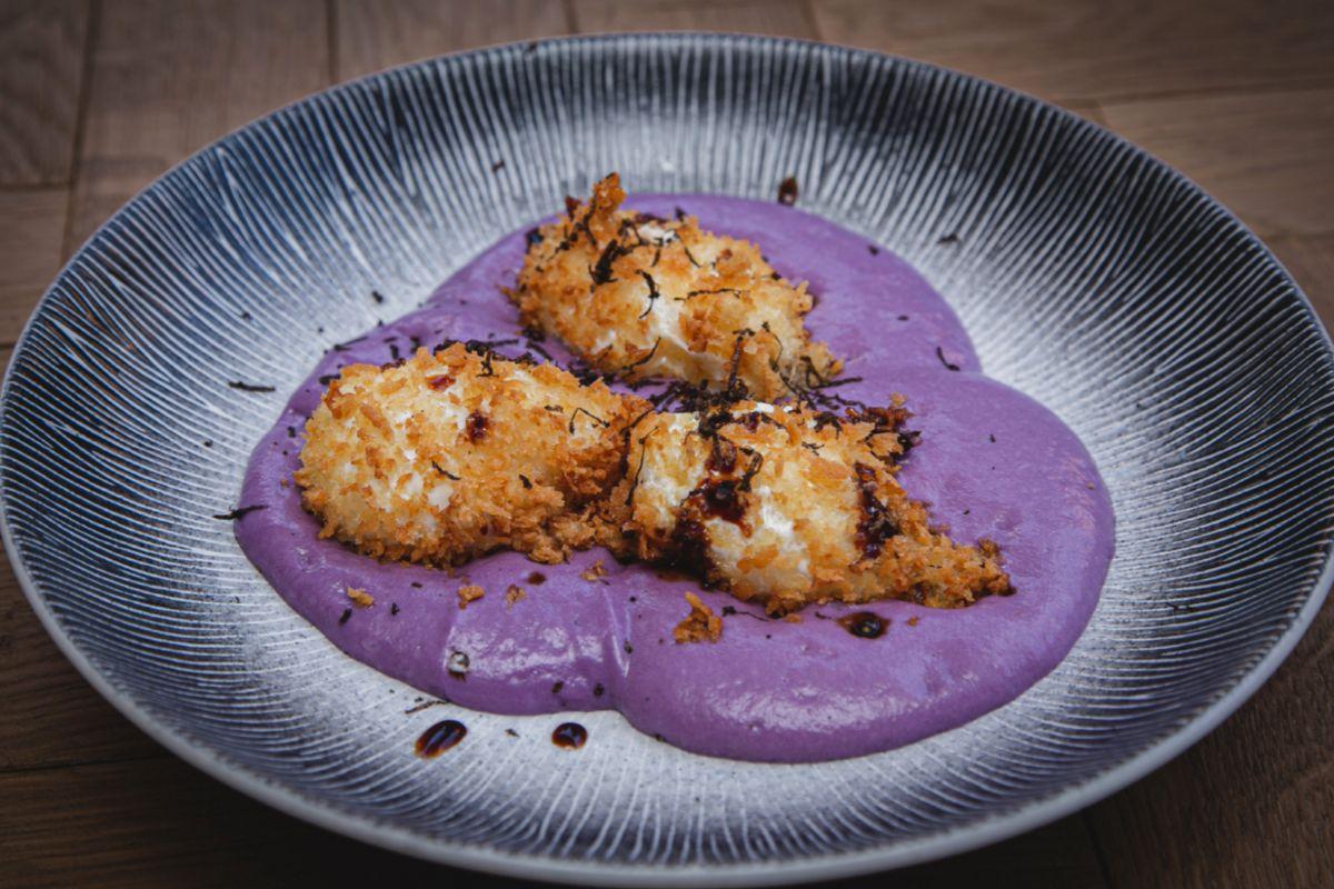 Huevos divorciados, espuma de patata violeta y trufa, en Dogma