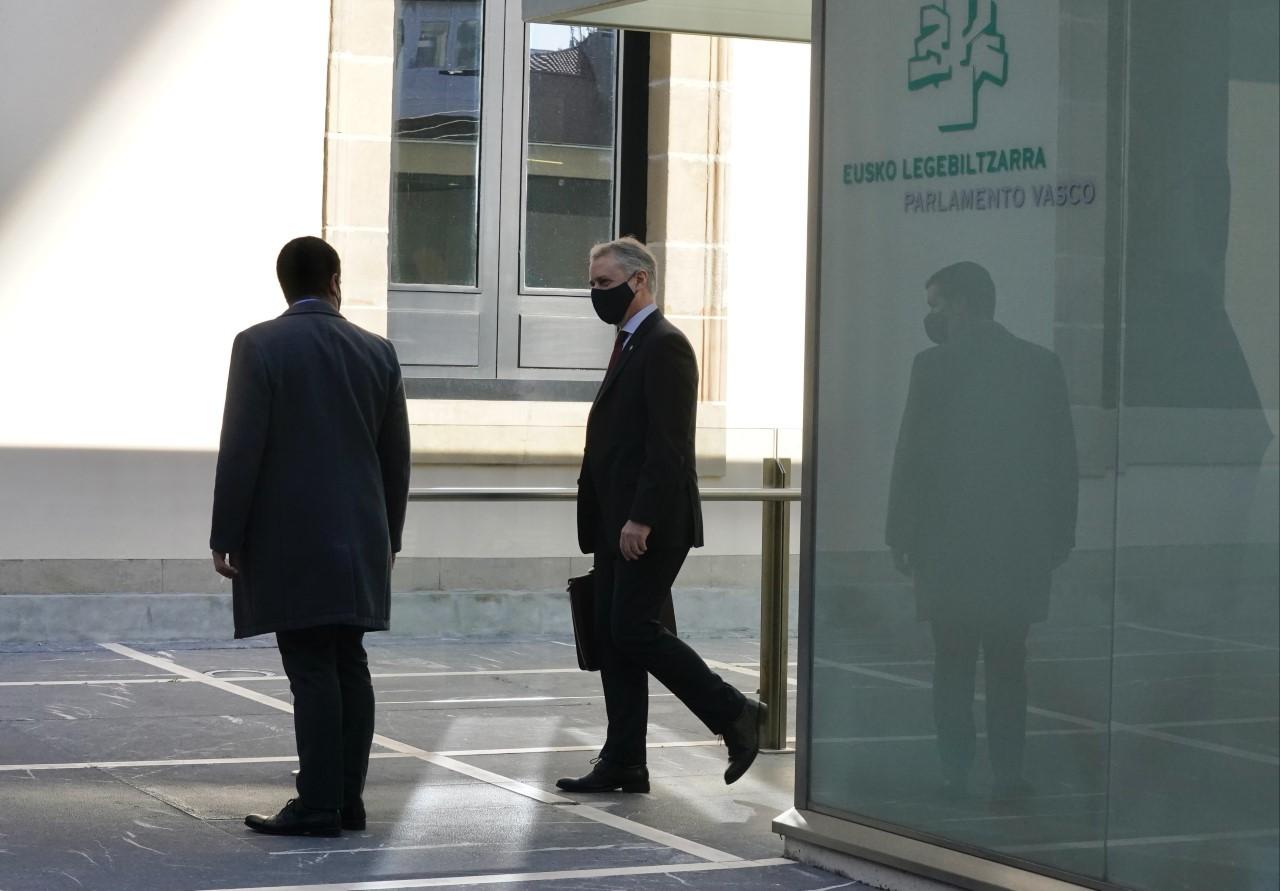 El lehendakari accede acompañado por uno de sus escoltas al pleno del Parlamento Vasco en Vitoria.