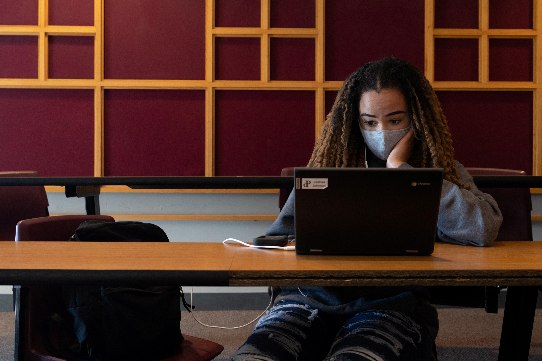 Una adolescente estudia en un instituto de EEUU.