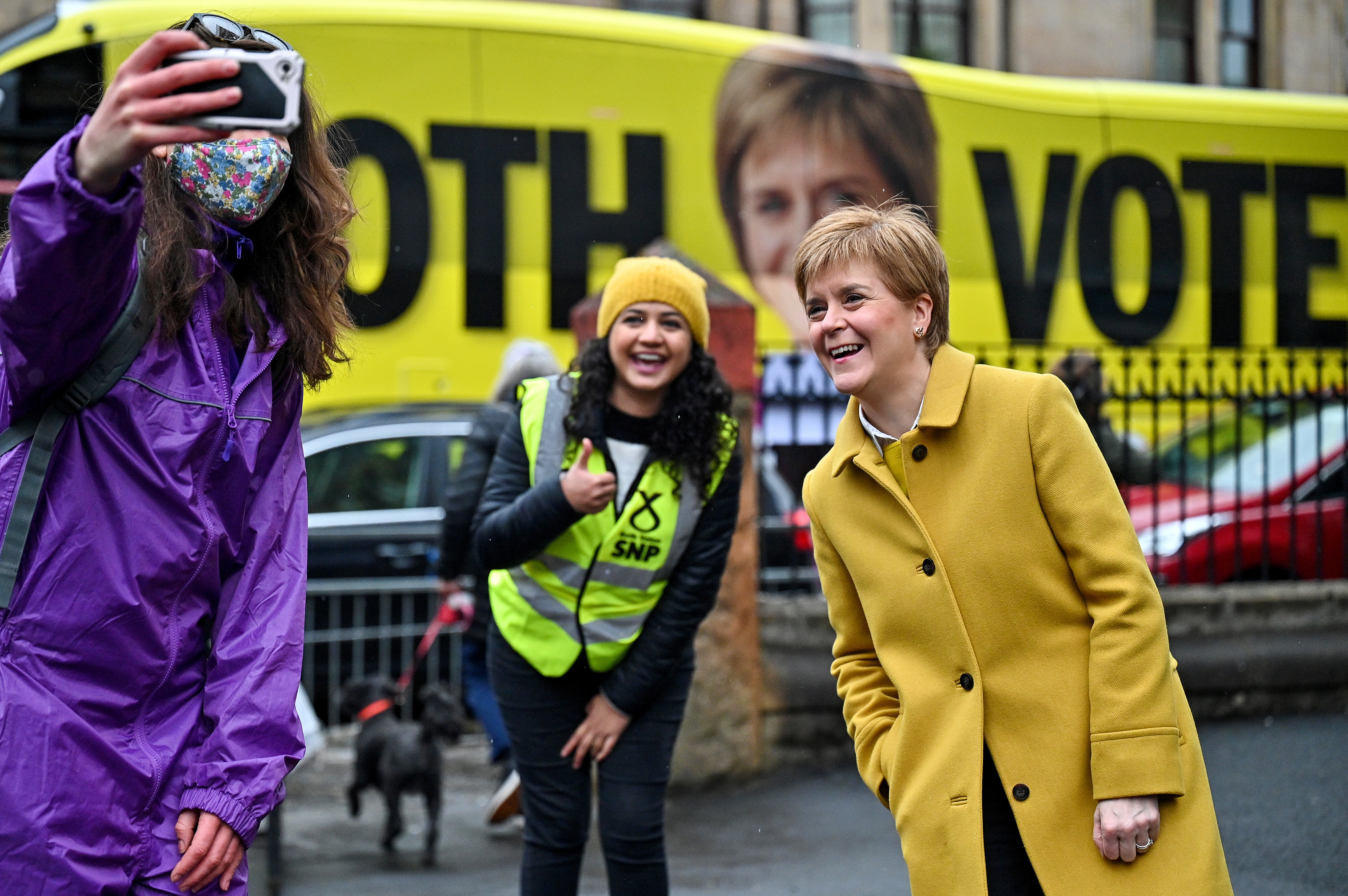 'Selfie' de Nicola Sturgeon y la candidata Roza Salih, en Glasgow.
