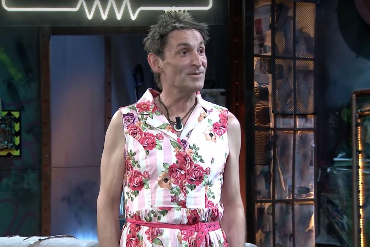 La Resistencia: Albert Pla acude con un vestido y contesta a las preguntas raras de Broncano