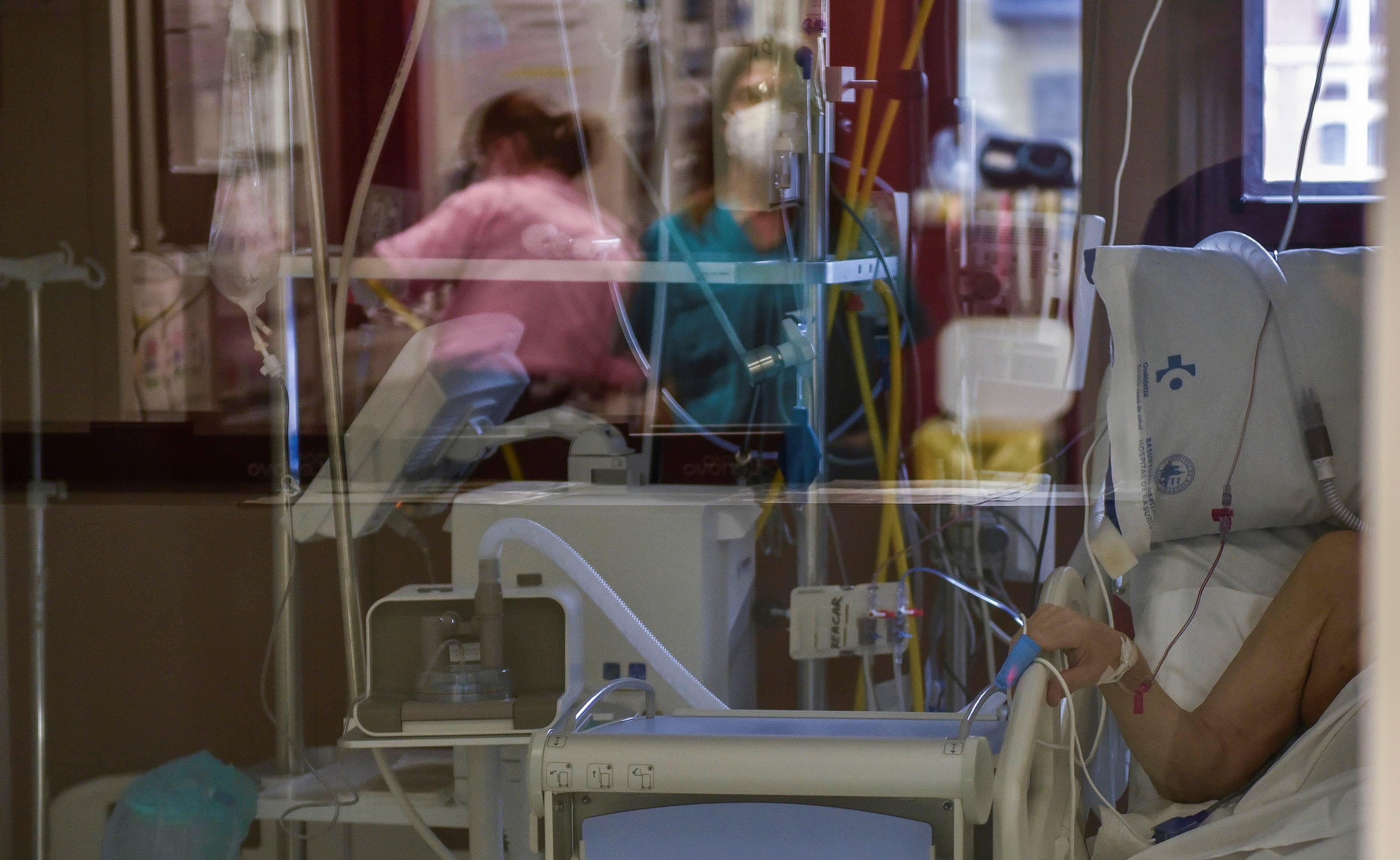 Un paciente enfermo de Coronavirus espera ser atendido en la UCI.