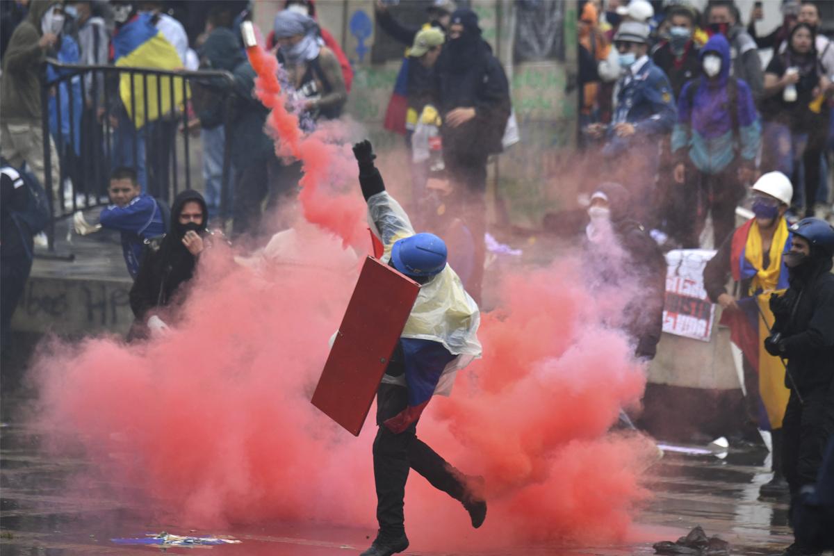 Disturbios durante las protestas en Bogotá, el miércoles.