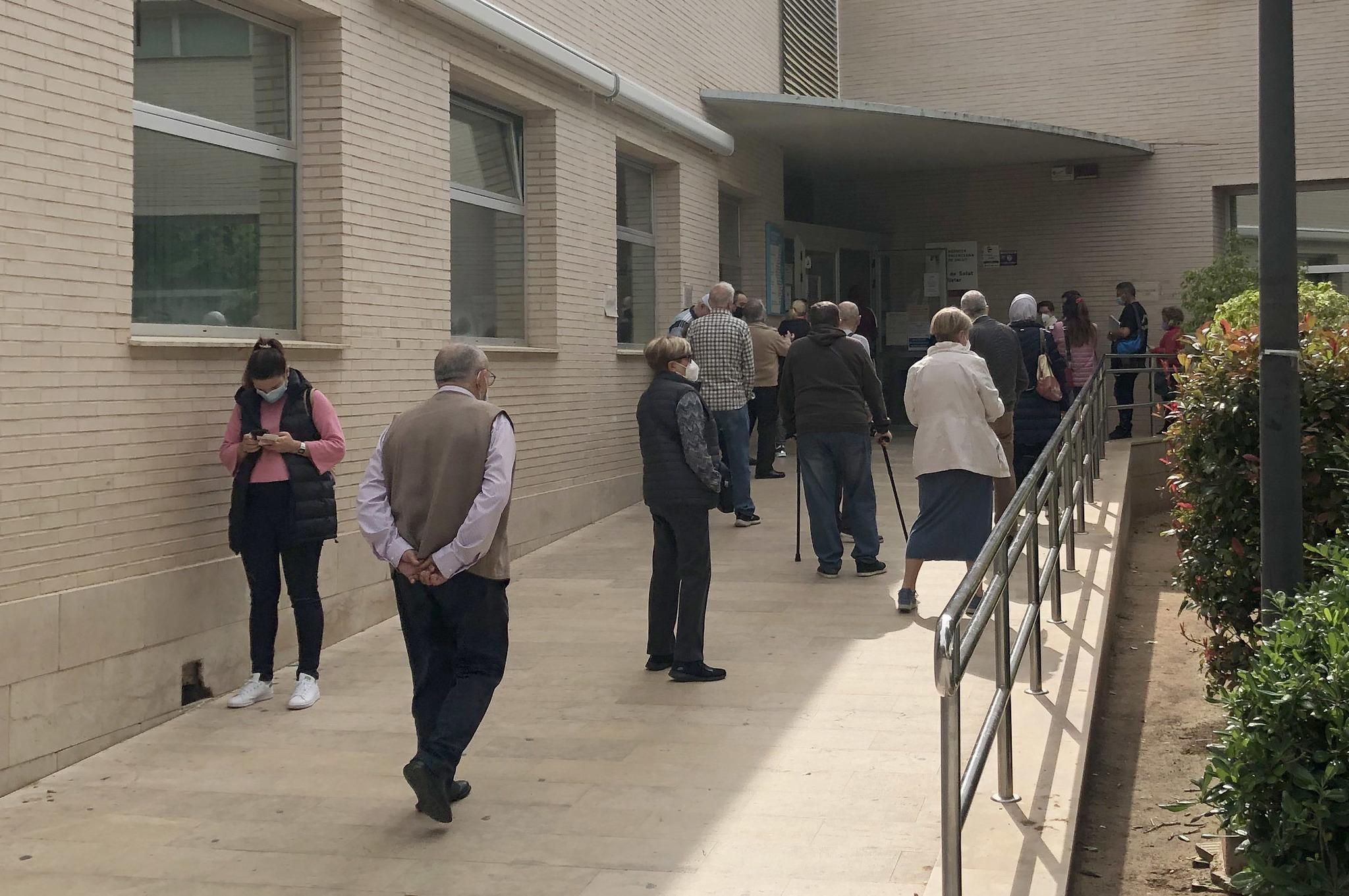 Personas aguardan cola en el acceso al centro de salud Palleter.