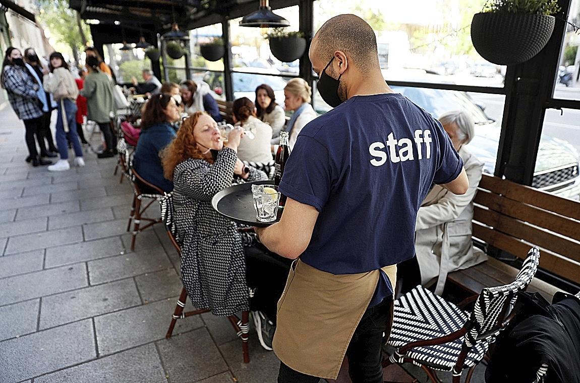 Un camarero trabaja durante su jornada laboral en un restaurante de Madrid