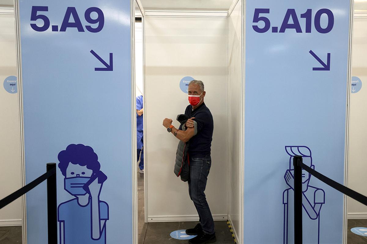 Un hombre recién vacunado, en Barcelona.