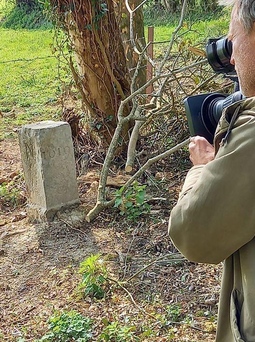 Un equipo de televisión graba la piedra que desplazó la frontera con Francia.