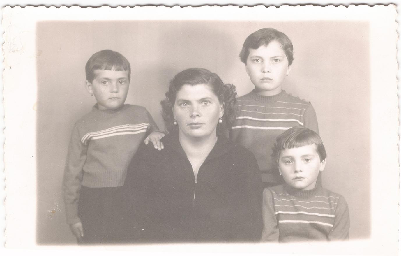 Virtudes con sus tres hijas: Isabel, Leonor y Elena en los años 50.
