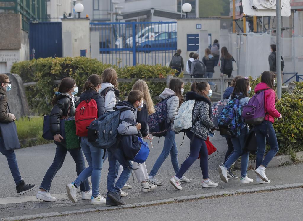 ورود به مدرسه ای در لو چن ، غرب پار