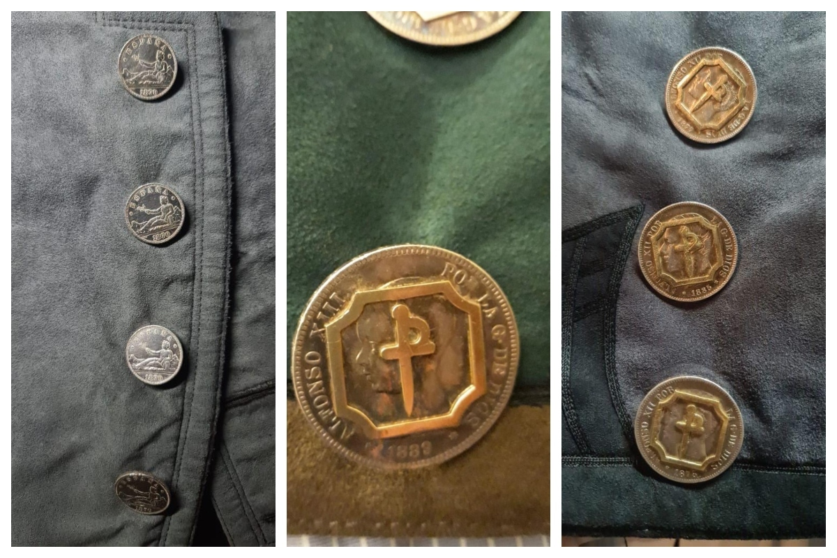 Chaquetillas con monedas de Alfonso XII, Alfonso XIII y de la época de Isabel II.