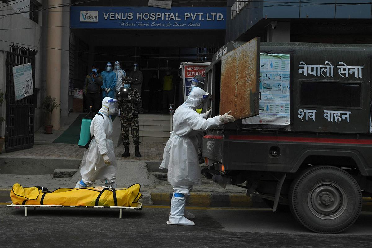 Dos soldados retiran el cadáver de un fallecido por Covid en Katmandú.