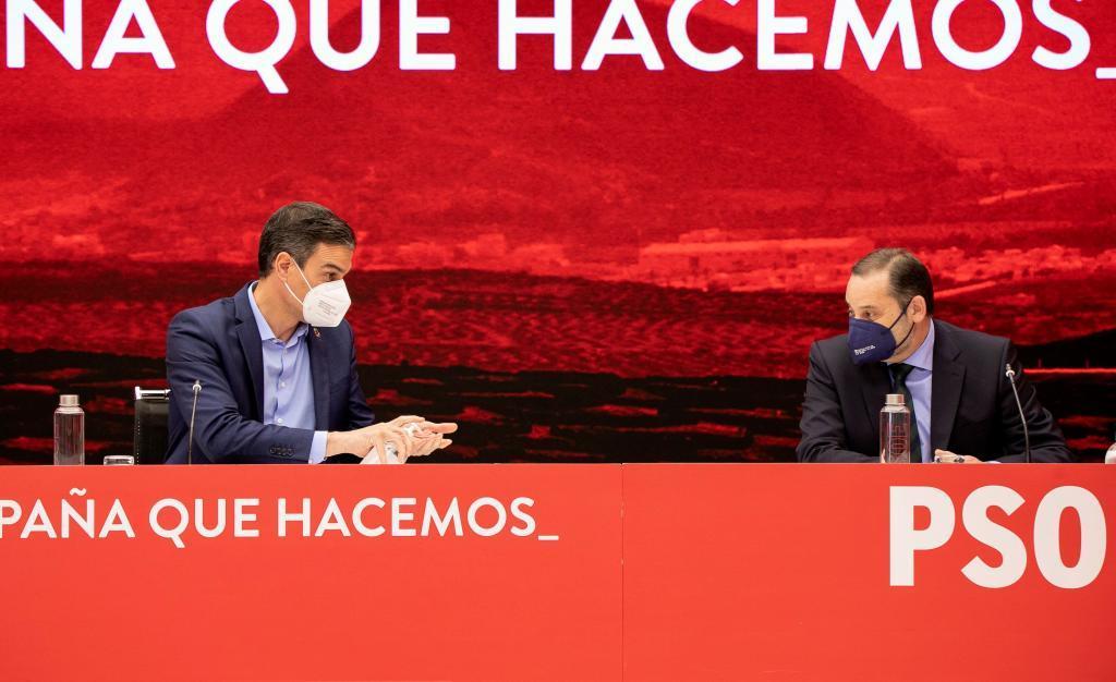 Sánchez carga a otros su responsabilidad en la debacle del 4-M