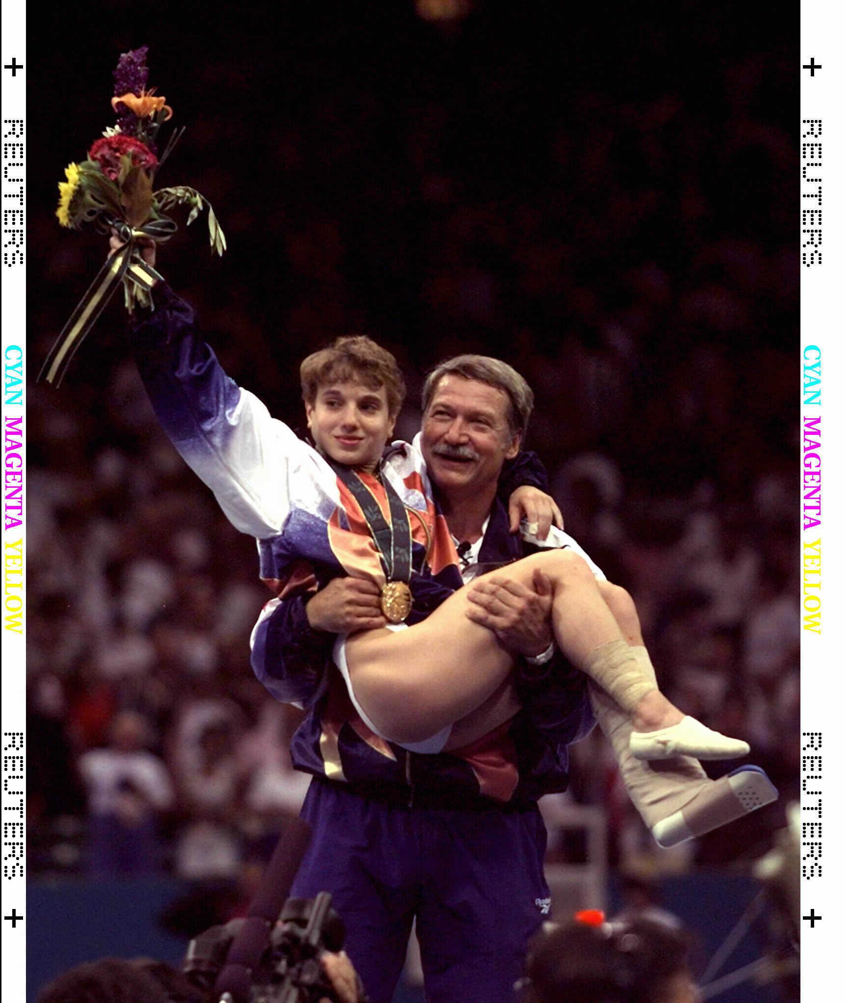 Béla Karolyi con Kerry Strug en brazos, tras ganar un oro en Atlanta 96.
