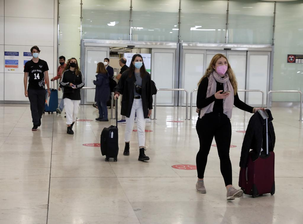 Pasajeros llegando al la terminal 4 de Barajas