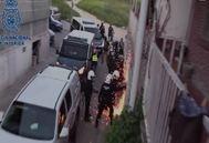 Agentes de la Policía Nacional durante la entrada en uno de los pisos.