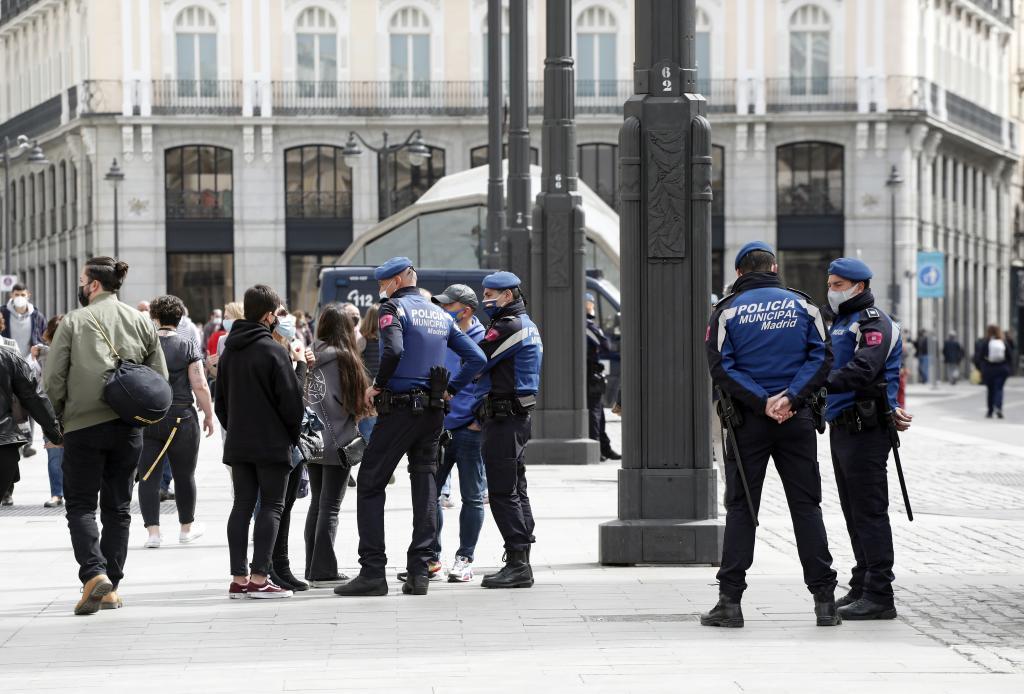 Policías municipales en la Puerta del Sol.