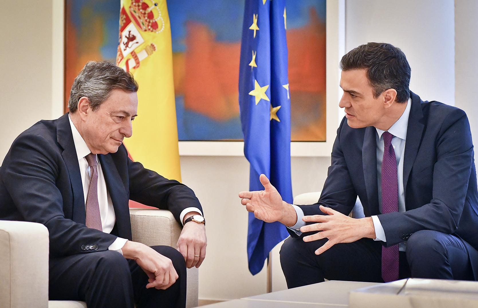 El primer ministro de Italia, Mario Draghi, y el presidente del Gobierno, Pedro Sánchez, en un encuentro en Moncloa cuando el italiano presidía el BCE