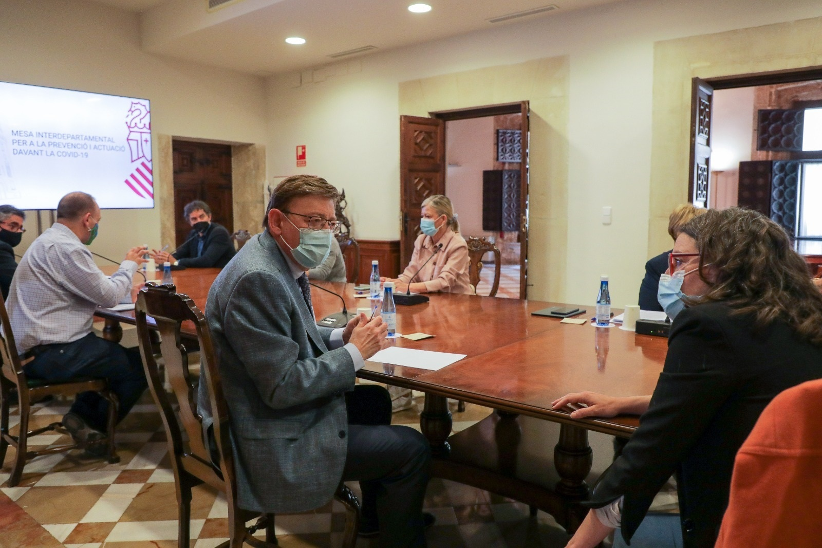 El presidente Ximo Puig conversa con la vicepresidenta Mónica Oltra, en la comisión interdepartamental.