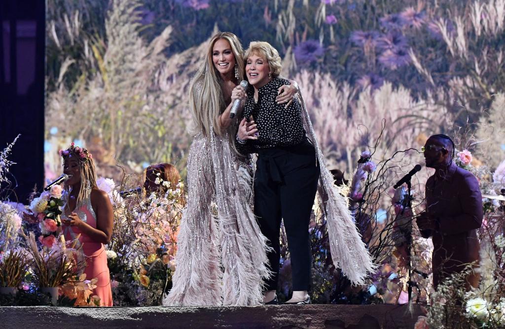 Jennifer López, muy emocionada junto a su madre, durante el Vax Live.