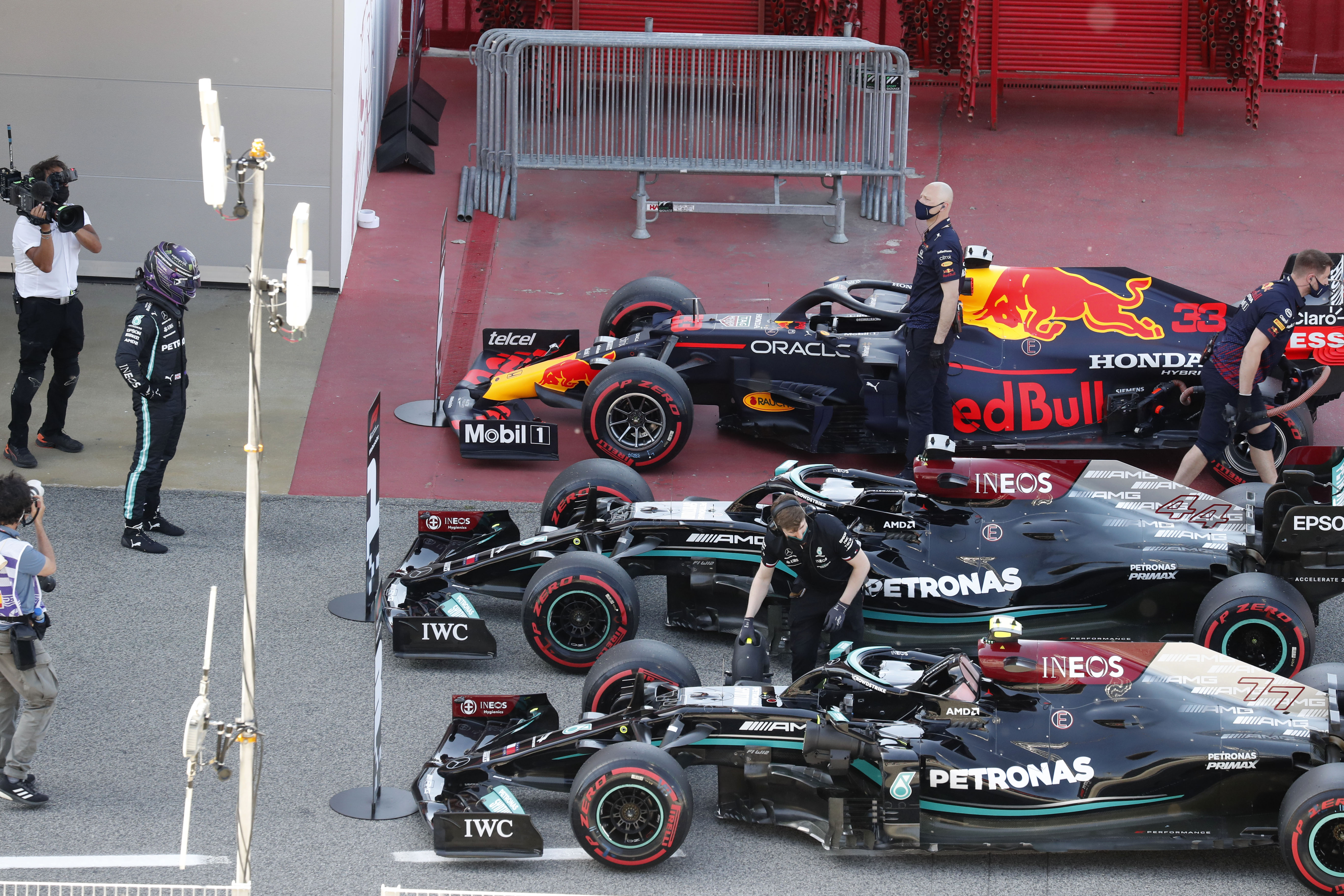 Hamilton, junto a su coche, tras firmar la pole en Montmeló.