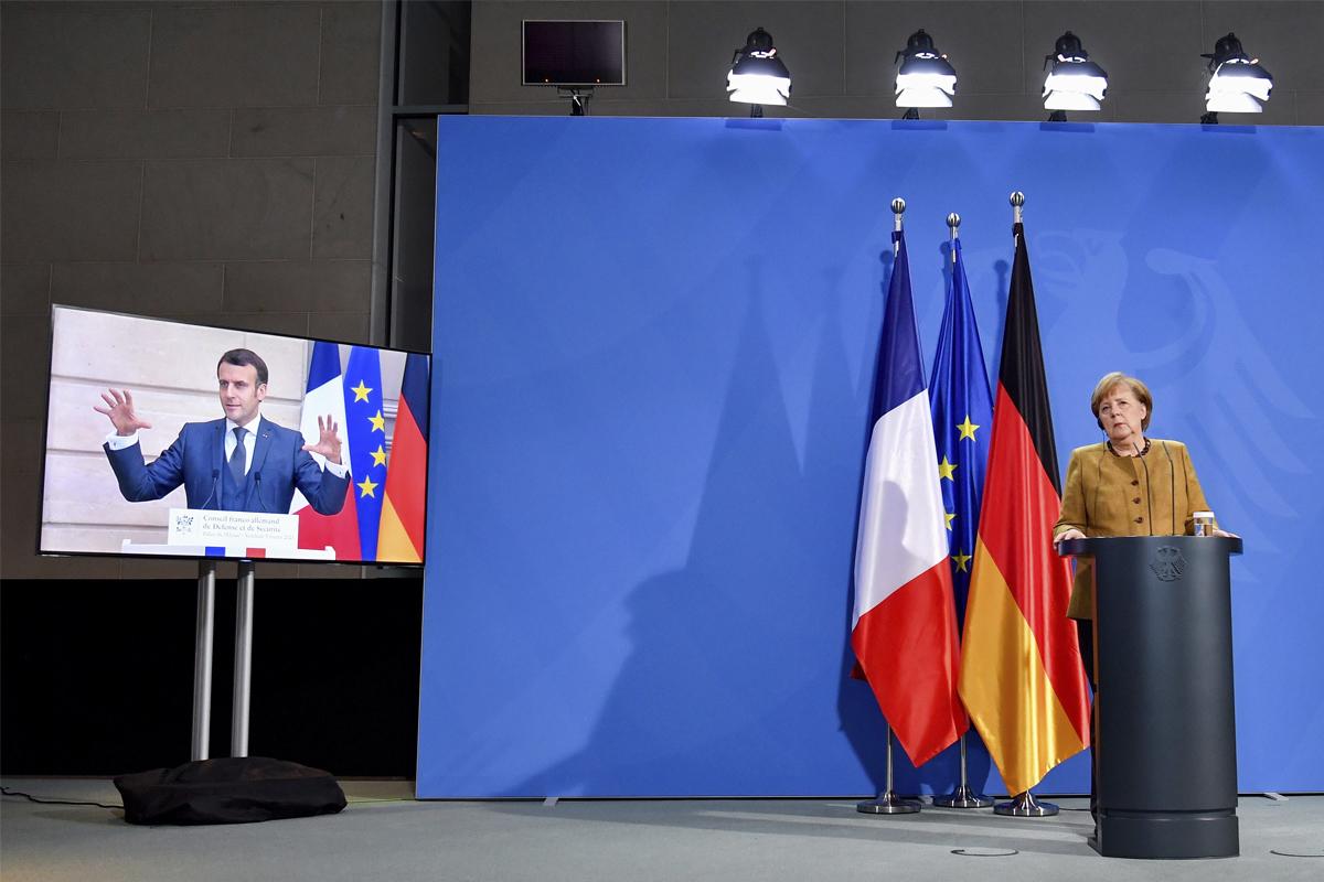 Merkel escucha a Macron tras una cumbre francoalemana.